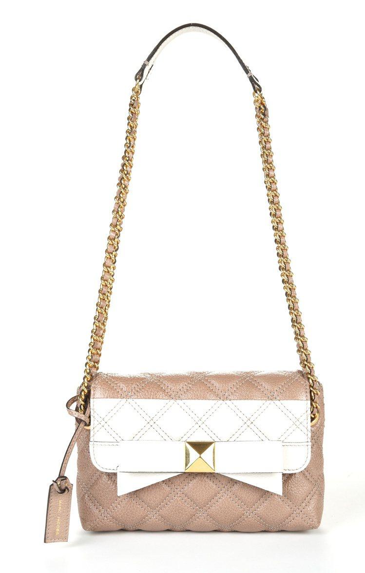MARC JACOBS SINGLE包款的蝴蝶結設計搭配方正包型,流露出正式又甜...