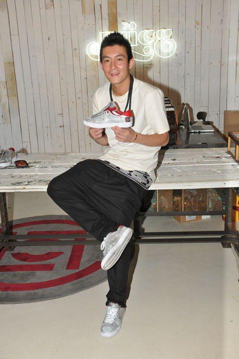 陳冠西穿著銀色的運動鞋相當有未來潮流感。圖/美麗佳人