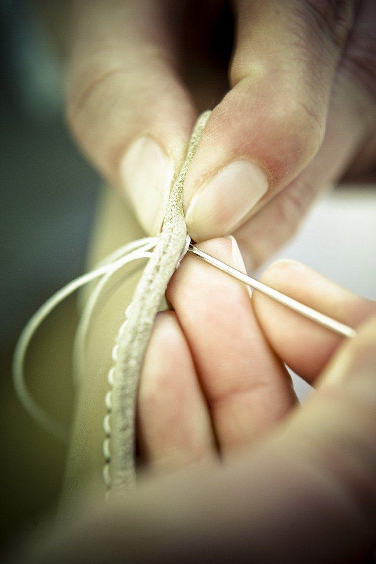 TOD'S堅持傳統工藝,以手工縫製皮革配件。圖/迪生提供