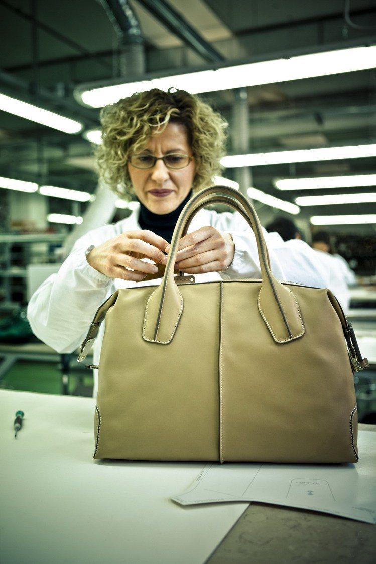 TOD'S的D Bag,是以四片皮革併貼縫製而成。圖/迪生提供
