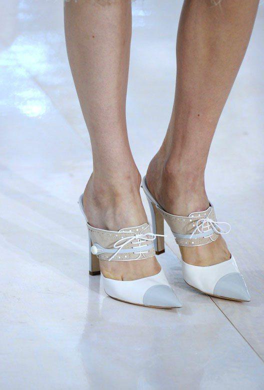 LV拼接尖頭鞋還有透明蕾絲裝飾,夢幻又強勢。圖/達志影像提供