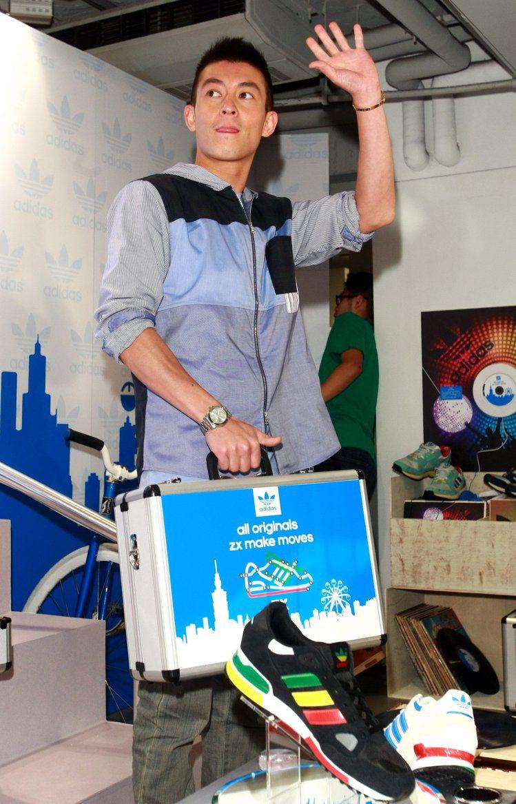 香港藝人陳冠希為adidas originals ZX系列站台,向支持他的粉絲揮...