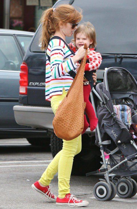 艾莎費雪用紅色帆布鞋與全身的服裝搭配很春夏的繽紛look。圖/達志影像