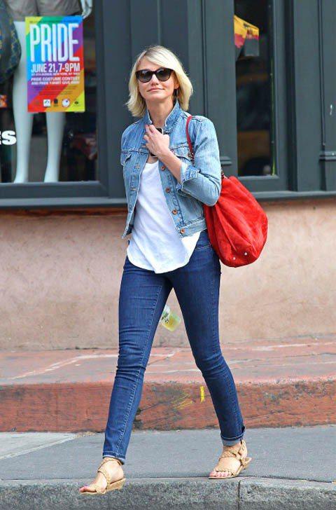 卡麥蓉狄亞一身丹寧打扮漫步紐約街頭,搭配亮眼的紅色肩背包,有種清新活力的陽光感。...