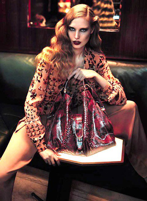 拎蛇皮包裝扮蛇蠍美人,不但性感,而且招財。圖為GUCCI的酒紅色蟒蛇皮馬鐙包,1...