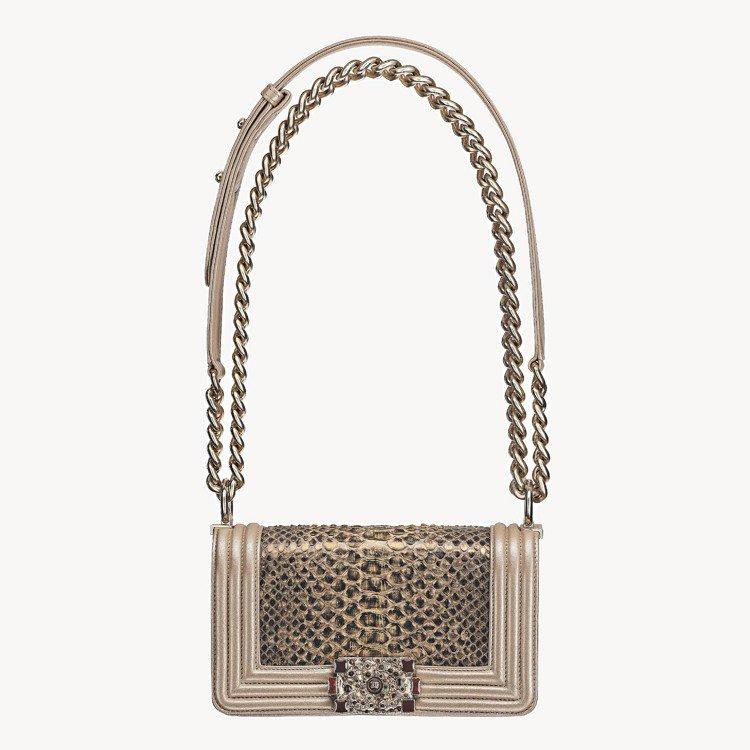金色蛇皮BOY CHANEL包,18萬2,100元。圖/香奈兒提供
