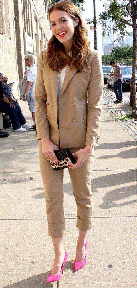 蔓蒂摩爾穿西裝褲套裝搭尖頭鞋,透著幹練的時髦感,知性又專業。圖/達志影像
