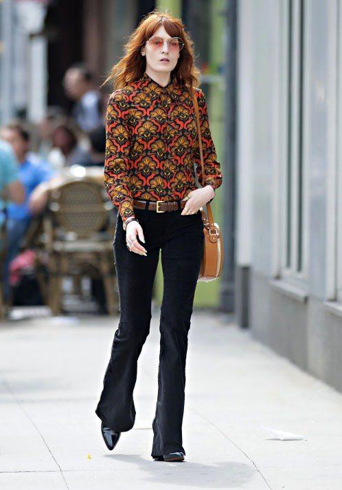 Florence Welch尖頭鞋配喇叭褲,整個人看來復古又苗條。圖/達志影像