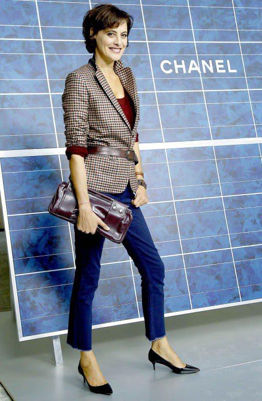 法國超模伊內絲法桑琪穿著尖頭鞋難得展現女人味。圖/達志影像