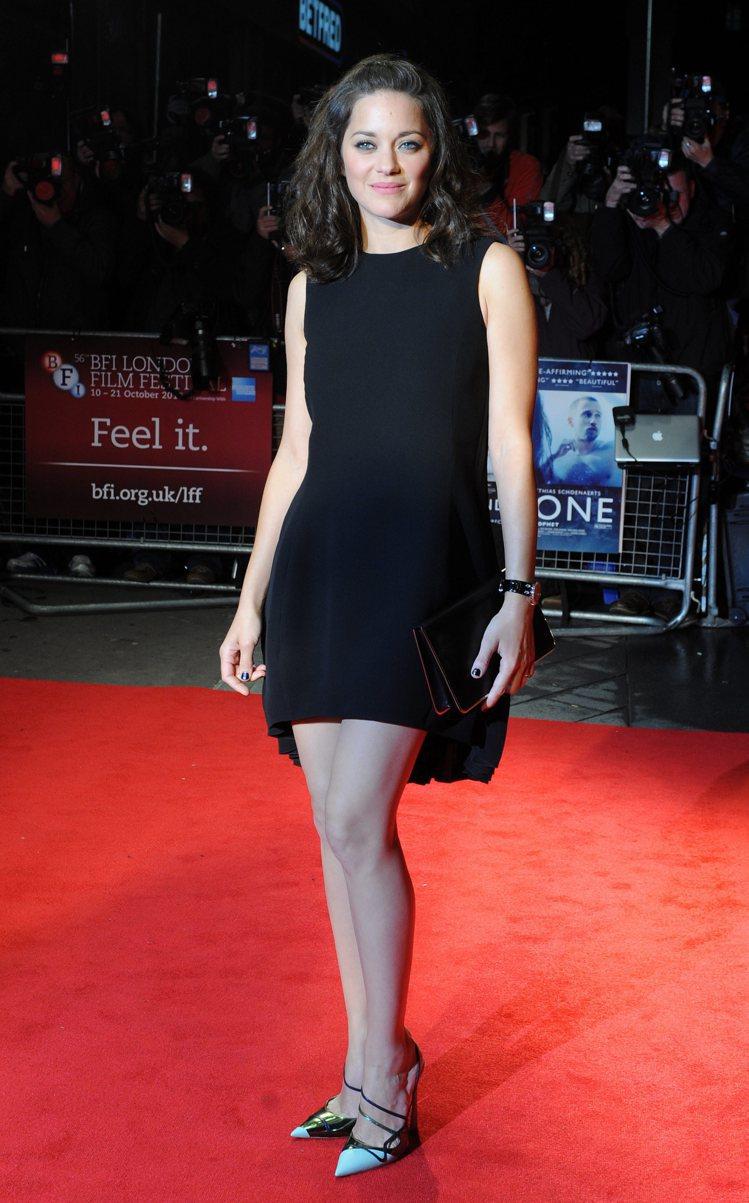 瑪莉詠柯蒂亞穿尖頭鞋搭Dior 2013春夏黑色小洋裝走紅毯。圖/達志影像