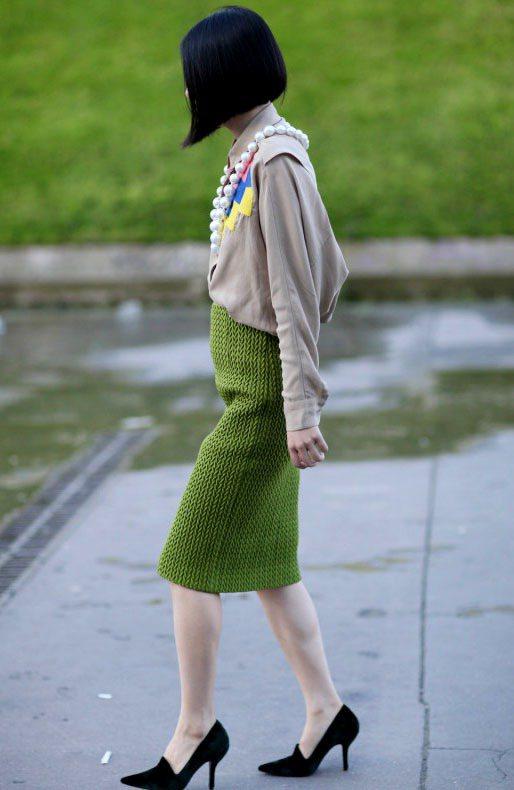 用尖頭鞋搭配高腰窄裙,可以讓女人身型看來更優雅。圖/達志影像