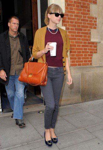 泰勒絲穿著很紅的Olympia Charlotte貓臉鞋。圖/達志影像