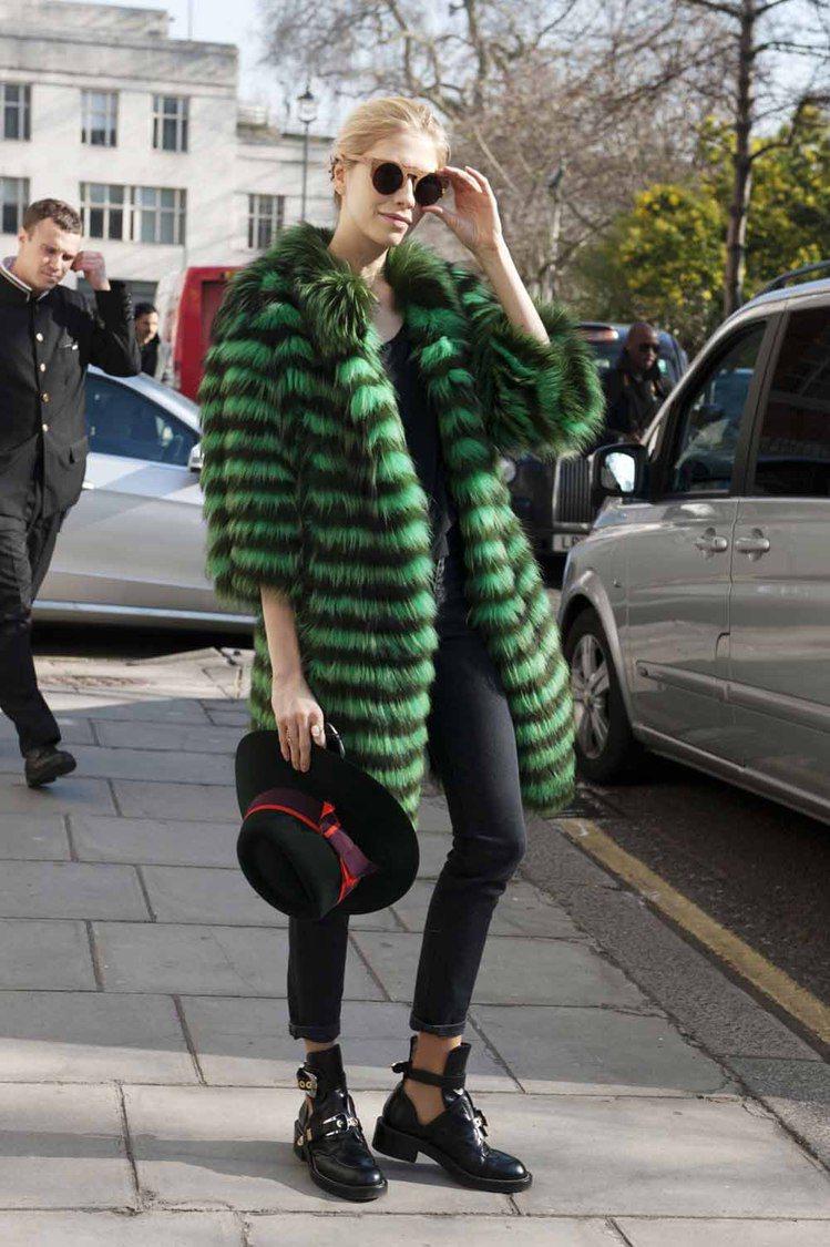 有趣的皮草大衣加上今年不能少的復古設計款墨鏡,以Blanciaga平底踝靴代替,...