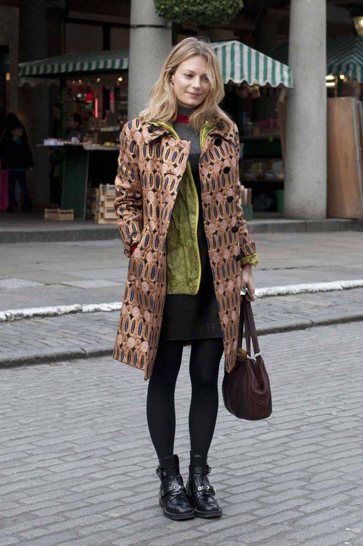 短裙、毛衣加上今年超火紅印花大衣,同樣也也用能夠稍微增加你高度的平底靴營造有型又...