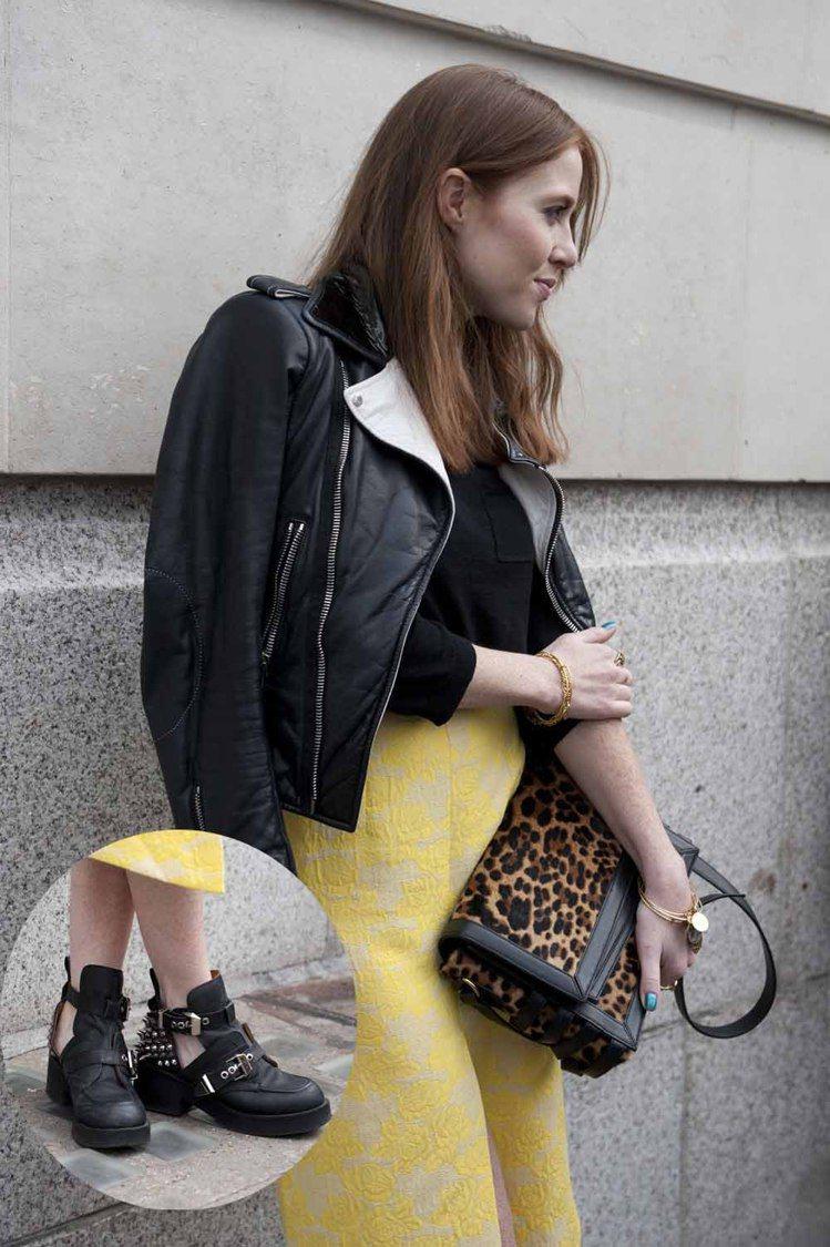 高腰長裙本身就是一件相當復古的單品,但鮮黃色的花紋讓整個風格又前衛了起來。鉚釘靴...