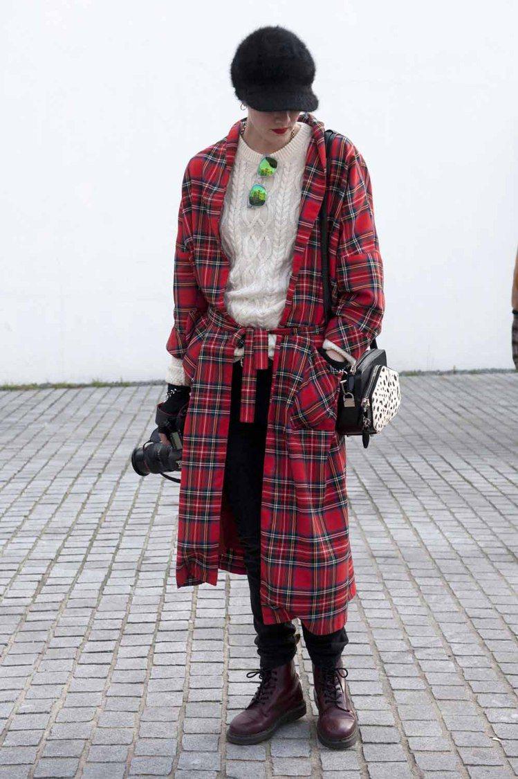似乎平底鞋款就是英國女孩最拿手的打扮之一,用馬汀靴配上超難控制的長版格紋外套,龐...