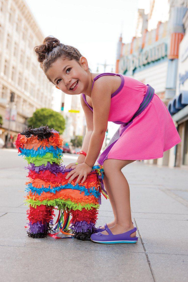 Crocs童鞋加入鮮豔色調的流行元素。圖/Crocs提供