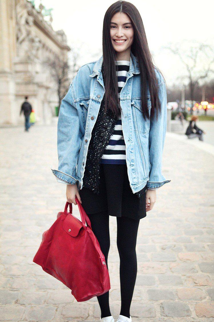 何穗用丹寧夾克與紅色Le Pliage Cuir 包搭出街頭風情。圖/LONGC...