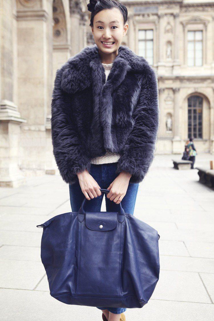 身穿短版皮草外套的秦舒培選擇了和外套同色系的深藍 Le Pliage Cuir ...