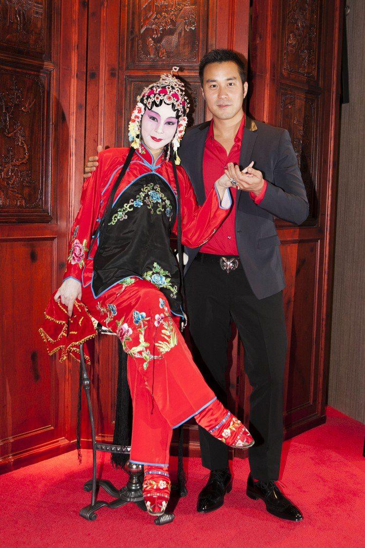 藝人張孝全(右)以英倫貴公子造型,與京劇女伶劉萍同台尬秀。圖/Jeffery W...