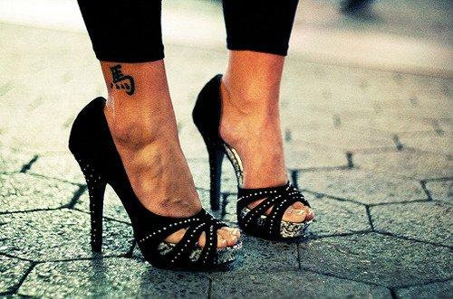 腳上剌青在歐美也很常見,無論是圖騰、中英文字、卡通圖案,這些都可以使自己的雙腳更...