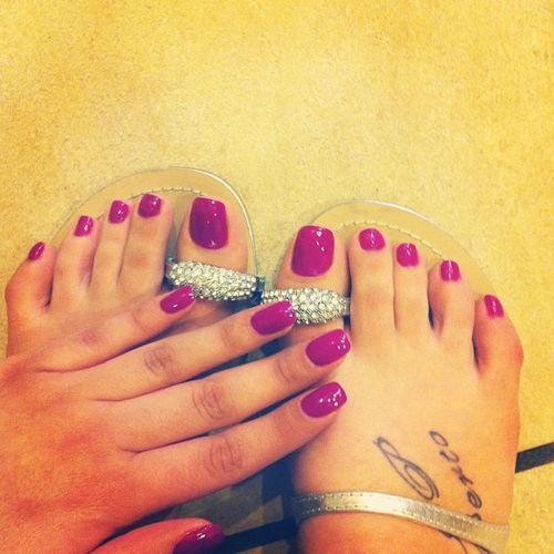 今年最流行的脚指甲油顏色是糖果色,打破了沉悶的色彩,絢麗的顏色都會給每個人帶來一...