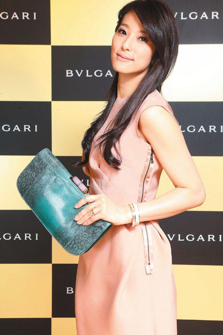 賴雅妍穿洋裝配寶格麗最新的Lipstick蜥蜴皮手拿包,91,000元,透露輕熟...