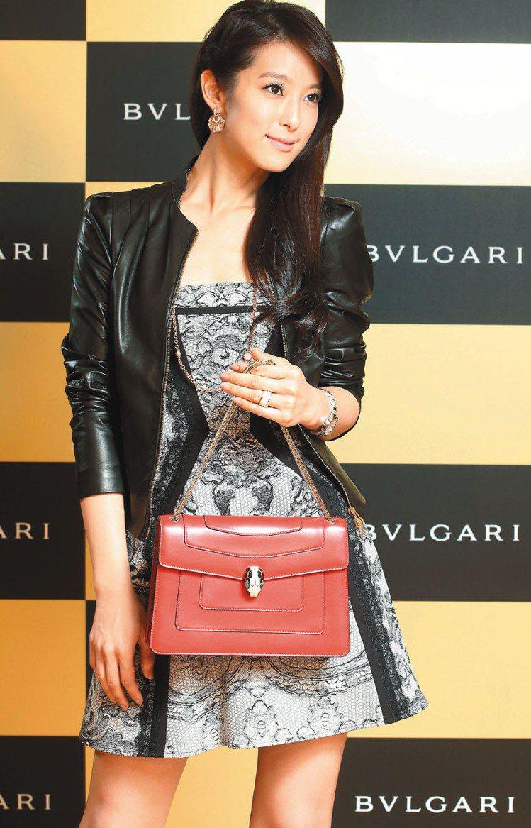 賴雅妍穿皮外套,搭配寶格麗Serpenti寶石紅小牛皮肩背包,展現帥氣,84,0...