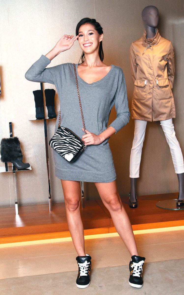 Akemi穿KATIE GRAND LOVES HOGAN內搭灰色洋裝,搭配AT...