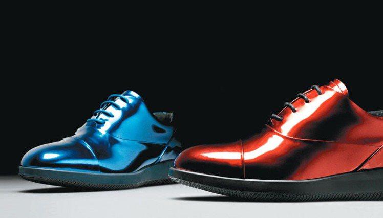 HOGAN DRESS XL藍、紅色金屬光澤繫帶休閒鞋,16,900元。圖/HO...