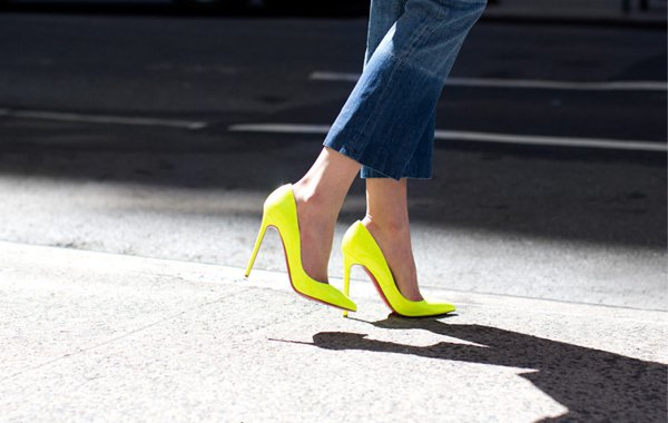 高跟鞋一直是女人最愛的單品,加入螢光色彩的高跟鞋更令人著迷。圖/she.com ...