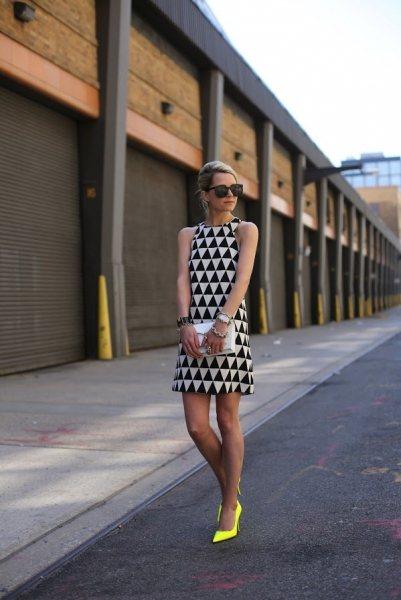 今年流行的滿版黑白幾何圖形組成的背心洋裝,搭配上鮮艷的螢光黃色高跟鞋,只需要再一...