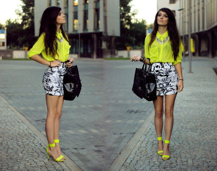 利用同色系襯衫與繫踝涼鞋的上下互相呼應,打造出夏日的鮮艷造型。圖/she.com...