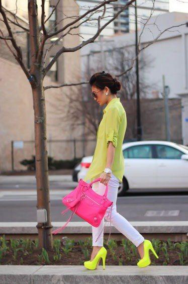 當你決定將身上放滿螢光色單品,那請用最簡單的白色褲子來搭配。圖/she.com ...