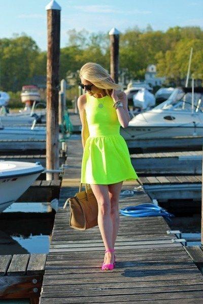 既然已經穿上色彩風格相當強烈的螢光綠洋裝,那就再選擇同為搶眼色彩的螢光桃紅繫踝涼...