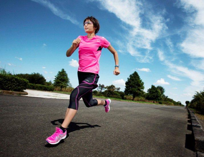 ASICS仲夏慢跑系列本季在女裝上加入防紫外線機能。圖/ASICS提供