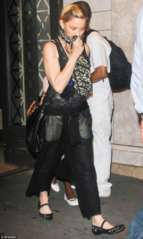 瑪丹娜拎GUCCI竹節Shopper包。圖/GUCCI提供