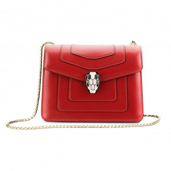 Serpenti寶石紅小牛皮肩背包,鮮明的色彩吸引許多時尚愛好者,台灣消費者詢問...