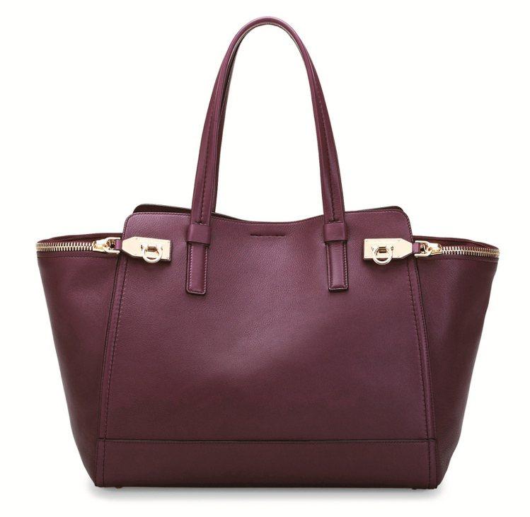Verve 紫紅色牛皮提包。圖/she.com Taiwan提供
