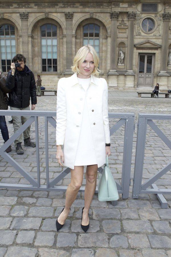 娜歐蜜華茲手上提著路易威登Louis Vuitton淡雅色調的Alma包款。圖/...