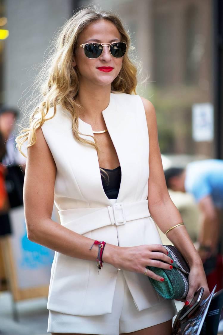 其實穿著全身白色的時候,手拿包只要避開白色,配上其他任何顏色都出色。圖/she....