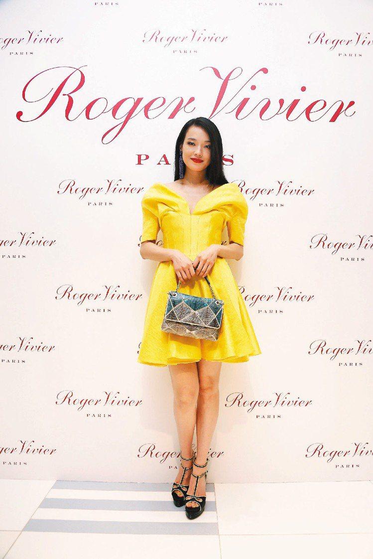 舒淇手拎Roger Vivier的Prismick包,時尚優雅。圖/迪生提供
