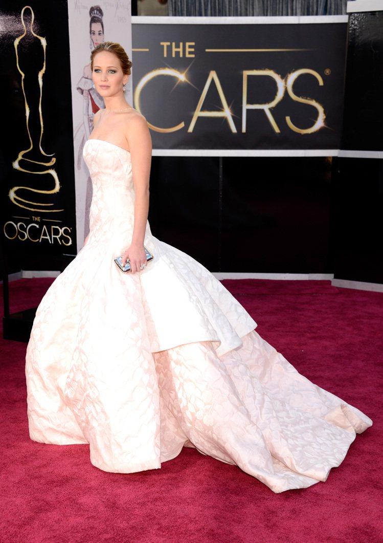 珍妮佛勞倫斯穿Dior禮服、足蹬Roger Vivier高跟鞋拿下奧斯卡影后。圖...