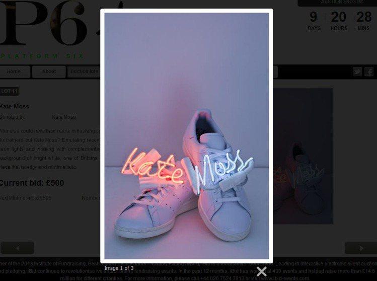 凱特摩絲將自己的名字用看板燈管的方式架在鞋面上。圖/擷取自p6auction.c...