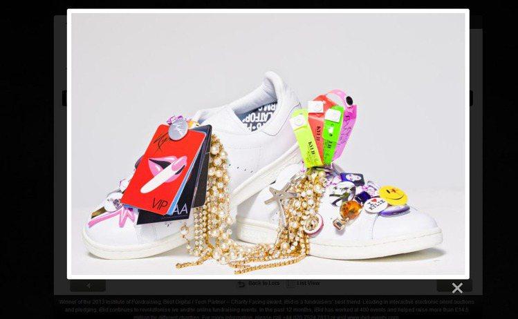 凱莉米洛則是把所有具有流行性的配件如別針、塗鴉卡片、螢光手環等飾品全都加在鞋身上...