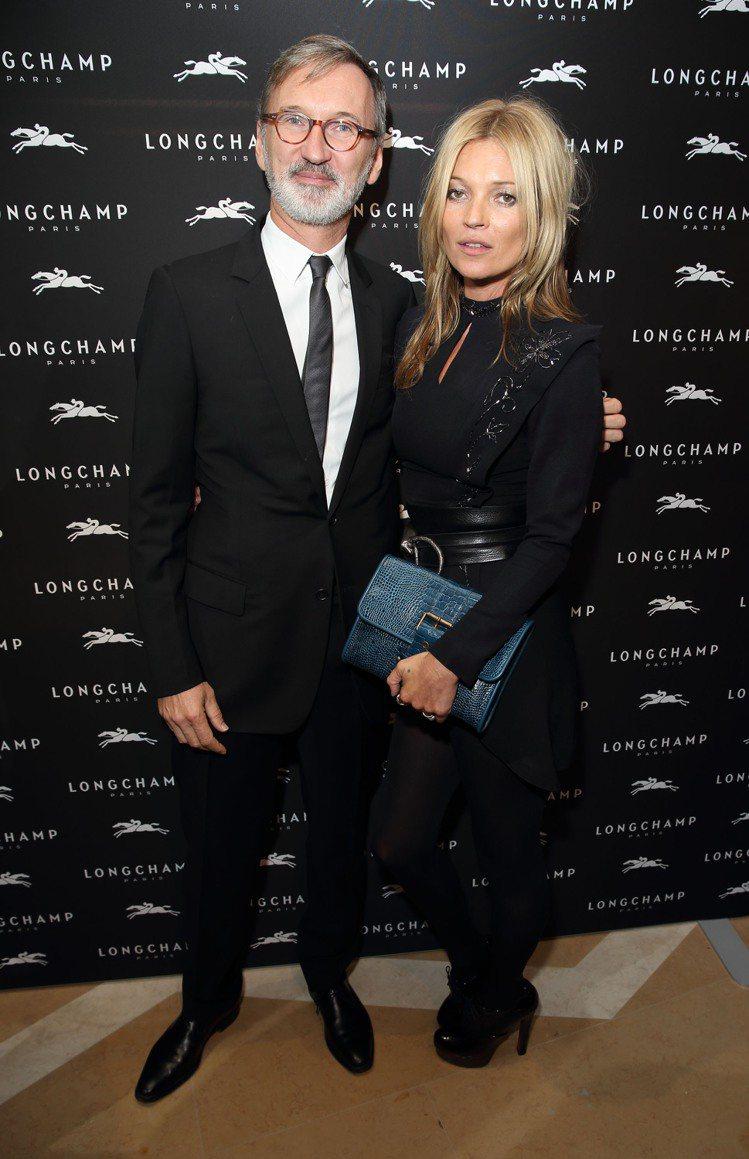 LONGCHAMP首席執行官尚.卡仕格蘭(左)與超級名模凱特摩絲合影,凱特摩絲手...