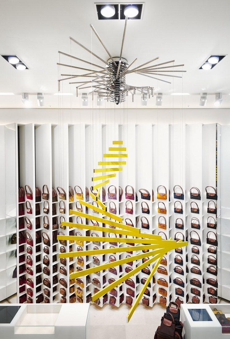 LONGCHAMP倫敦旗艦店「La Maison in Motion」內,懸掛倫...