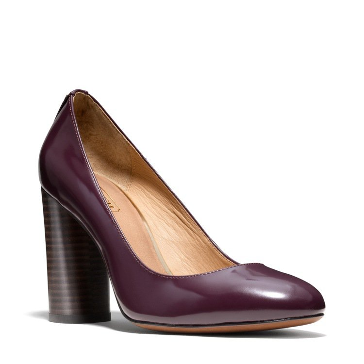 粗跟、圓頭的Ophelia鞋款,增添復古風情。圖/COACH提供