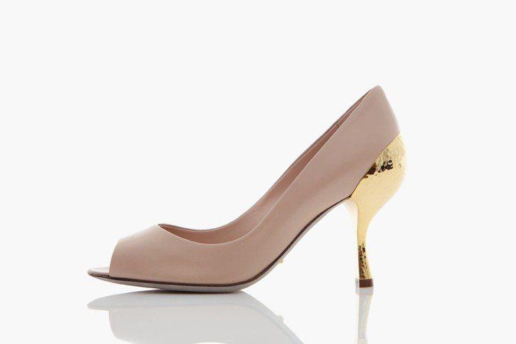 手工錘製銅片鞋跟膚色魚口高跟鞋,定價28000元。圖/Sergio Rossi提...