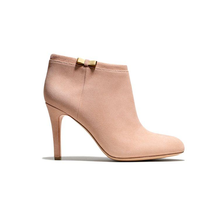 BRAND名牌誌總編輯杜佳玲建議,踝靴搭短褲、短裙很能展現女性小腿的性感魅力,或...